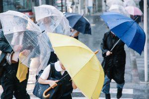 台風の風で傘がななめに